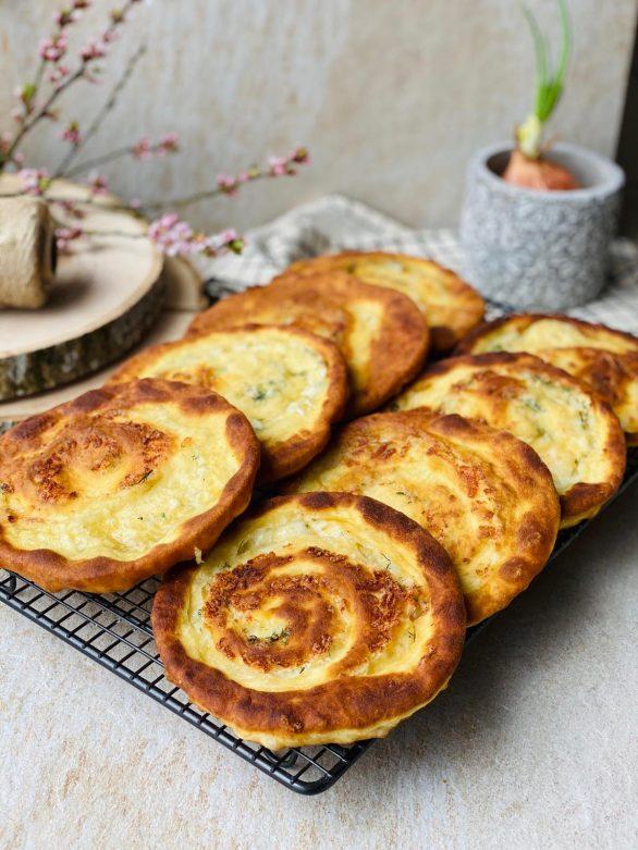 Paplotėliai sukučiai su sūriu ir žalumynais
