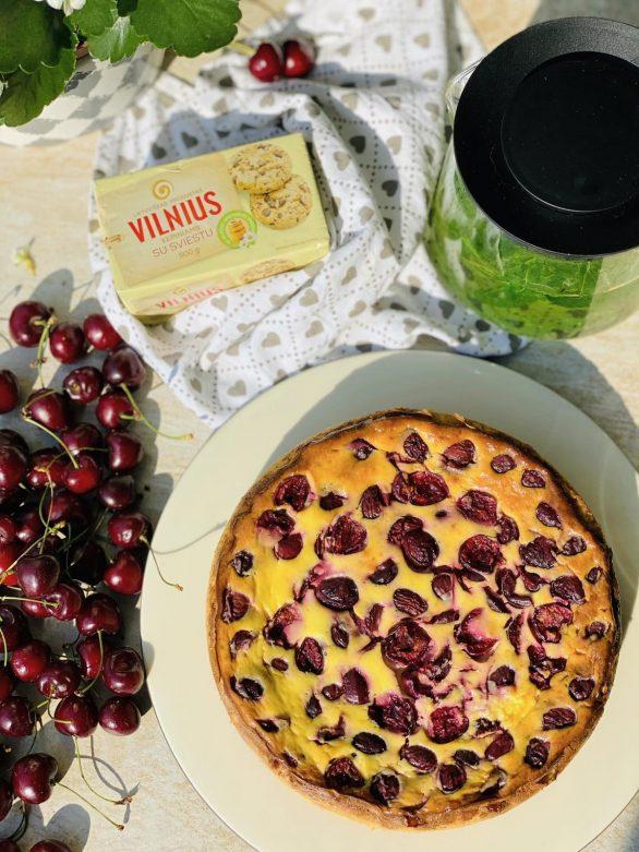 Varškės ir trešnių pyragas